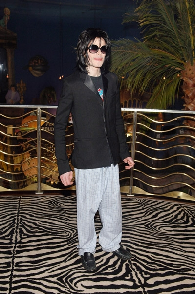 LAS VEGAS - AUGUST 27:  Singer Michael Jackson attends Planet Hollywood - Las Vegas on August 27, 2008 in Las Vegas, Nevada.  (Photo by Denise Truscello/WireImage)